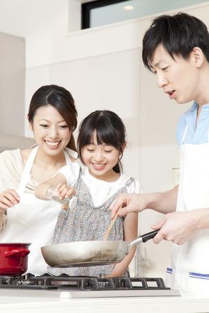 Photo pour Parent and child cooking - image libre de droit