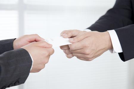 Foto de Business people to exchange business cards and OL - Imagen libre de derechos