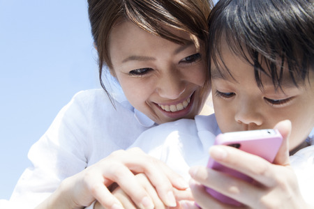 Photo pour Mother and child with a smartphone - image libre de droit