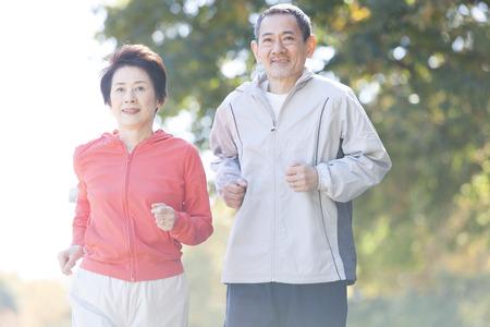 Photo pour Senior couple jogging in the Park - image libre de droit