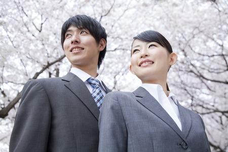 Foto de Businessman and OL smiling under the cherry tree - Imagen libre de derechos