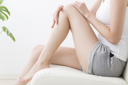 Photo pour Woman touching the leg - image libre de droit