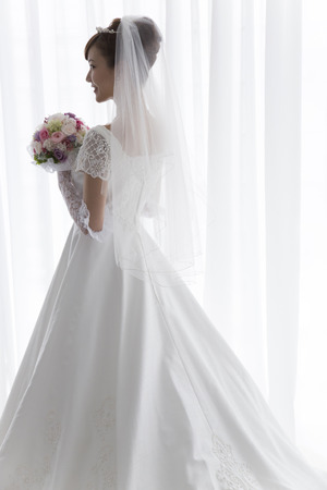 Photo pour Bride with bouquet - image libre de droit