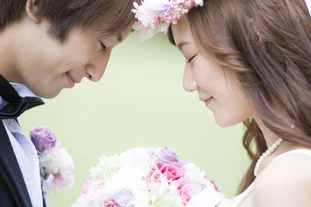 Photo pour Bride and groom to match the amount - image libre de droit