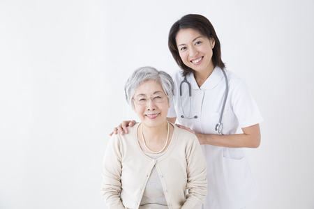 Foto de Smiling senior woman and nurse - Imagen libre de derechos