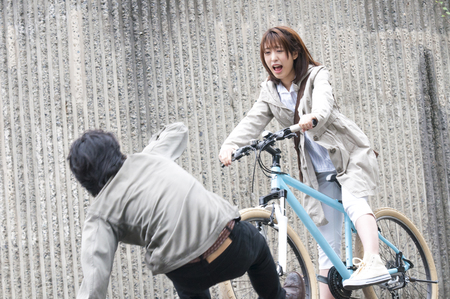Foto de Women who fit a bicycle accident - Imagen libre de derechos