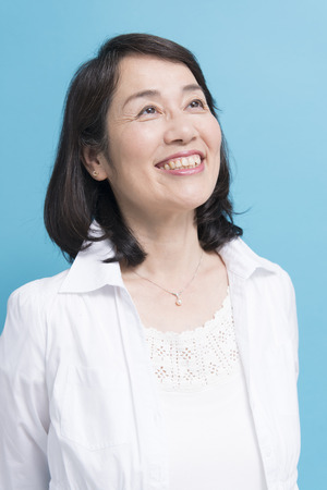 Photo pour Smiling senior woman - image libre de droit