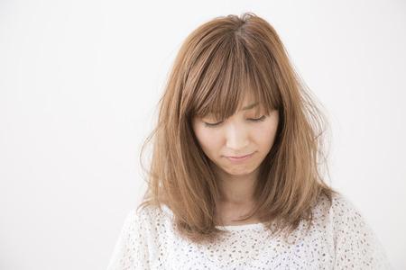 Foto de Woman looking downverso - Imagen libre de derechos