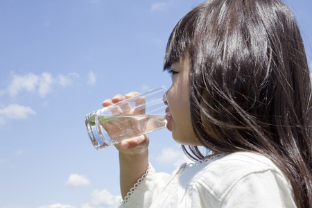 Photo pour Girl drinking a glass of water - image libre de droit