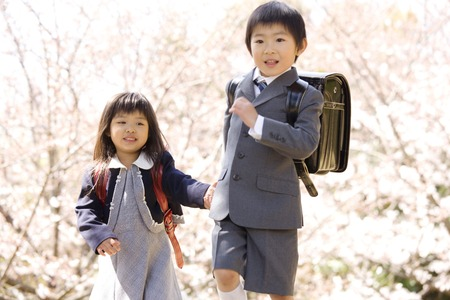 Elementary school students of the brother and sister carrying a school bag