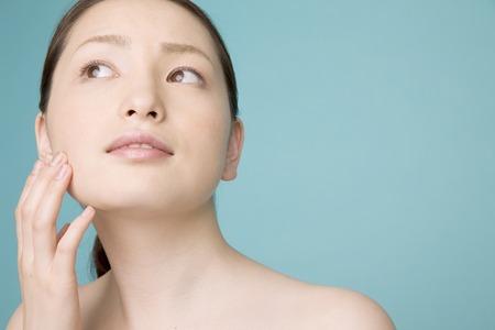 Photo pour Women use beauty care - image libre de droit