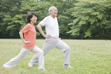 Foto de Elderly couple for a stretch in the park - Imagen libre de derechos