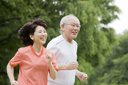 Photo pour Elderly couple to the marathon in the park - image libre de droit