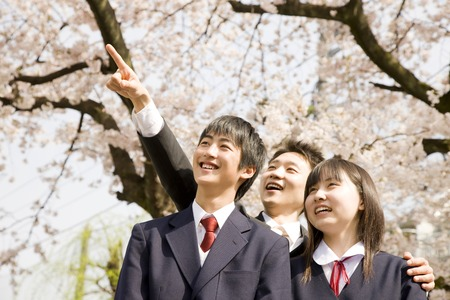 Teachers and junior high school students men and women to look up at the sky