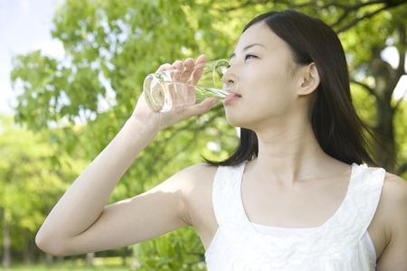 Photo pour Woman drinking water - image libre de droit