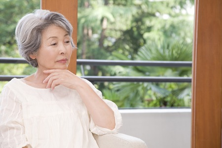Photo pour Senior women who are lost in thought - image libre de droit