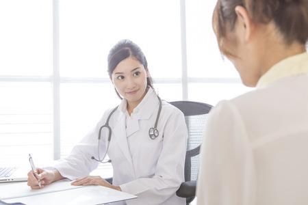 Foto de Female doctor to patient - Imagen libre de derechos