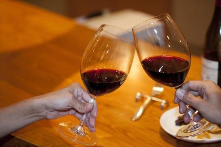Foto de Couple to toast with red wine - Imagen libre de derechos