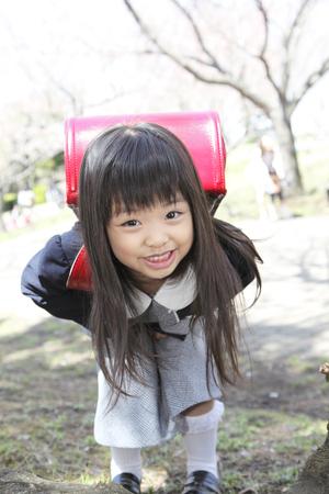 Elementary school girls to smile under the cherry tree