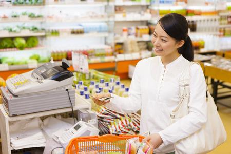 Photo pour Women to shop at the supermarket - image libre de droit