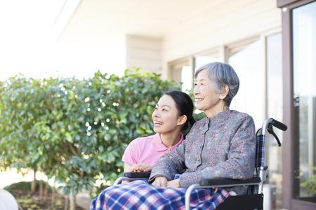 Foto de Grandma took care and wheelchairs - Imagen libre de derechos