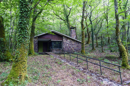 Photo pour Isolated modern stone and wood country house beside the river Eume in Galicia, Spain. Zone very wooded and very green. Without people - image libre de droit