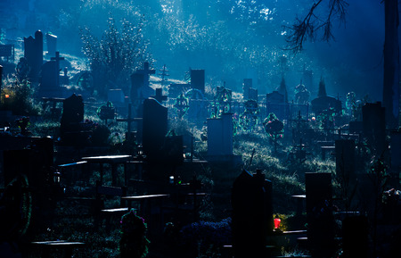 Photo pour foggy dark night on cemetery. orthodox Halloween concept background  - image libre de droit