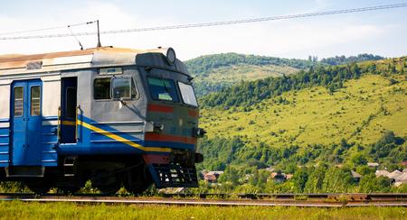 Photo pour Huklyvyi, Ukraine - 20 Jul, 2017: ancient electric train arrival. moving fast in mountains - image libre de droit