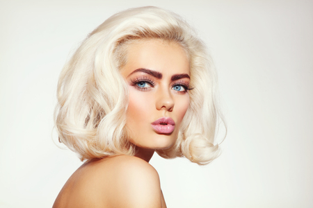 Photo pour Vintage style portrait of young beautiful tanned sensual platinum blonde girl with stylish make-up and hairdo - image libre de droit