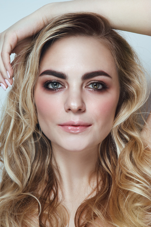 Foto de Young beautiful woman with blonde curly hair and red lipstick - Imagen libre de derechos