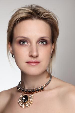 Foto de Glamorous portrait of beautiful woman with golden necklace - Imagen libre de derechos