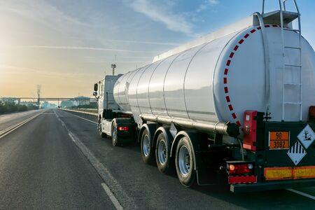 Photo pour Tanker truck - image libre de droit