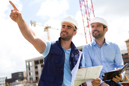 Photo pour View of a Worker and architect watching some details on a construction - image libre de droit