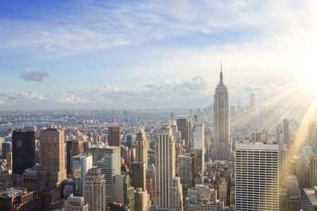 Foto de urban skyline at sunset. New York city - Imagen libre de derechos
