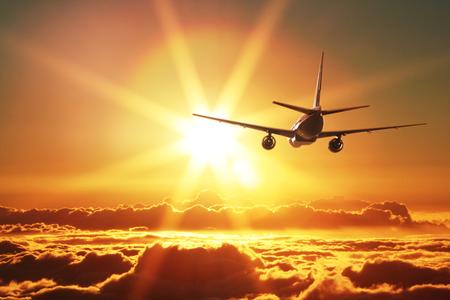 Photo pour Plane is taking off at sunset - image libre de droit