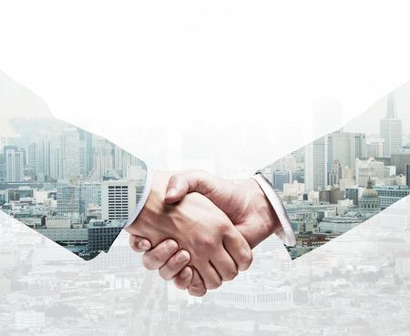 Foto de handshake on a city background - Imagen libre de derechos