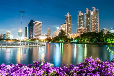 Foto de Twilight Benjakiti Park in Bangkok, Thailand - Imagen libre de derechos