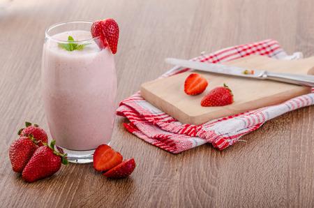 Foto de Strawberry smoothie, nice and clean, fresh fruits, leaf of mint - Imagen libre de derechos