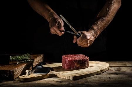 Foto de Butcher with a beef steak - Imagen libre de derechos