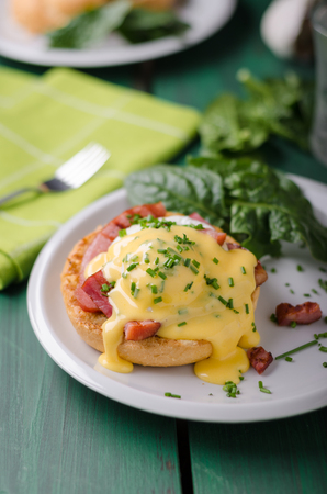 Foto de Egg benedict delish food, crispy bacon, food stock, food photography - Imagen libre de derechos