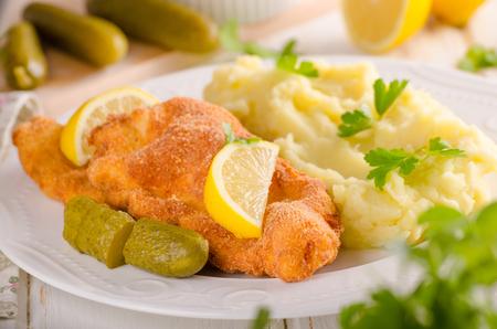 Photo pour Fresh weiner schitzel original, mashed potatoes, pickless lemons and herbs on top - image libre de droit