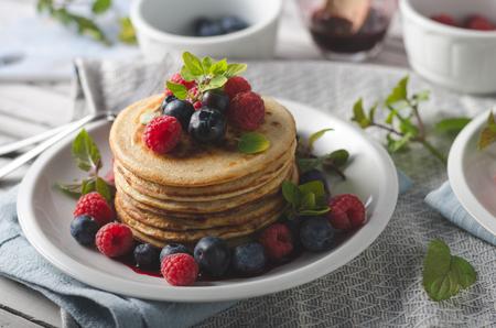 Photo pour Fresh pick up forest fruit with wholegrain pancakes with fruit sauce - image libre de droit