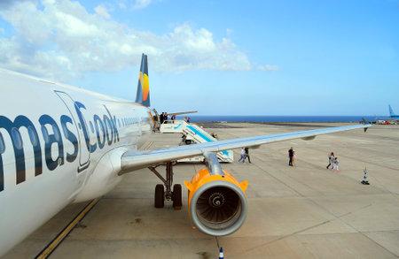 Photo pour Passengers disembarking form a Thomas Cook Airbus A320 aircraft in Fuerteventura airport - image libre de droit