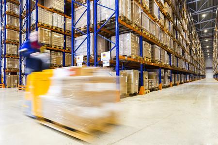 Foto de Large modern warehouse with forklifts - Imagen libre de derechos