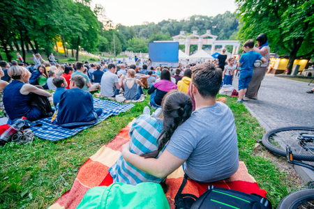 Photo pour people watching movie in open air cinema in city park - image libre de droit