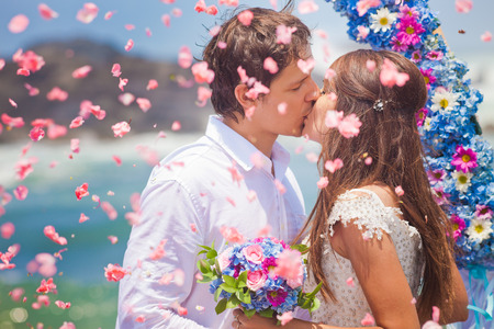 Photo pour wedding couple just married with bridal bouquet - image libre de droit
