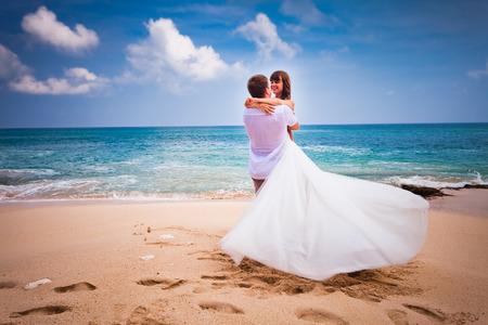 Photo pour wedding couple just married at the beach - image libre de droit