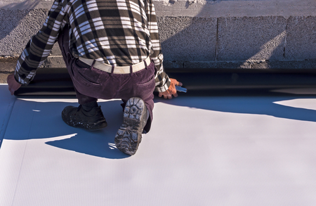 Photo pour Worker on application Synthetic waterproofing PVC-P and TPO / FPO - image libre de droit