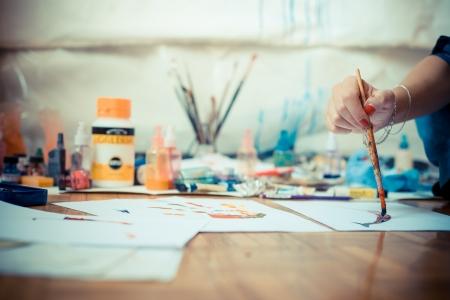 Photo pour beautiful blonde woman painter in her studio - image libre de droit