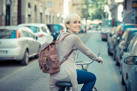 Photo pour beautiful young blonde short hair hipster woman witk bike in the city - image libre de droit